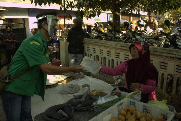 New Normal, Ansor Srumbung Bagikan Faceshield ke Pedangan Pasar